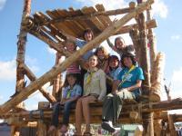 В таборі багато таких дерев'яних споруд, побудованих учасниками